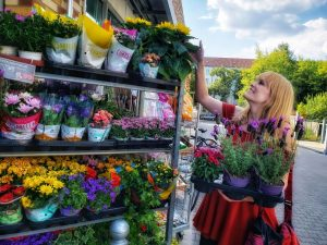 Christina picking out flowers in Berlin